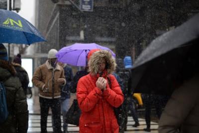 纽约曼哈顿街头雪中行人。