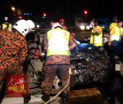消拯员到场拯救被夹在车内司机及乘客。