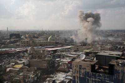 伊军在摩苏尔攻击伊斯兰国组织分子,旧城市冒起浓烟。