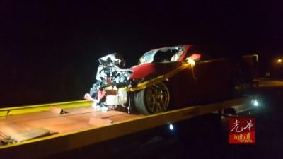 刘善祥开跑车撞上罗里后,车头毁坏不堪。