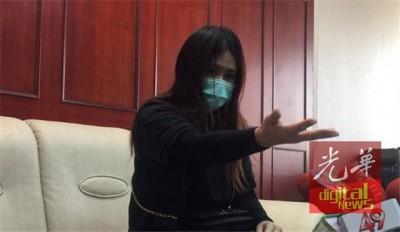 """""""乔妹""""周三于大召开记者会时报带哽咽说,移民局官员比起戴上手铐手势,其就生害怕只好听话。"""