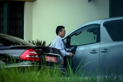朝鲜驻马领事金洙墉吃发现在使馆内匆忙坐上官车准备去。