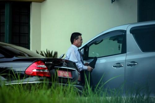 朝鲜驻马领事金洙墉被发现在使馆内匆忙坐上官车准备离开。