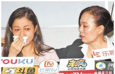 吴绮莉(左)谈到压力大泣不成声,翁静晶安慰她。