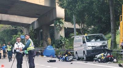货车据指失控猛撞一整排摩托车。