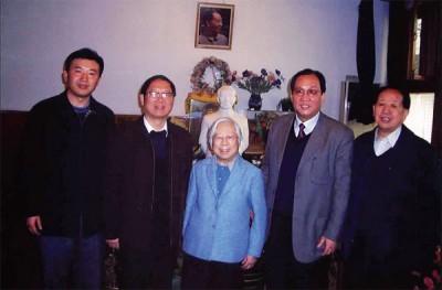 胡耀邦夫人李昭(中),周六离世。