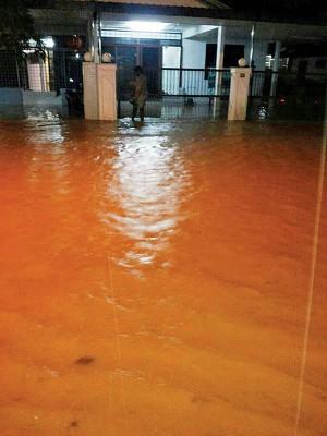 由于工程延误,令山脚镇一带居民长期受到闪电水灾困扰。