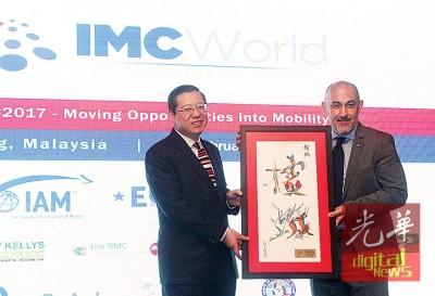 世界移动业大会创办人贝特力赠送纪念品予槟州首席部长林冠英。