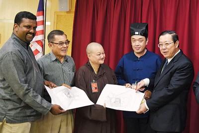 林冠英(右起)与唐永泰、释显恺及陈颖椿等人一同出席州政府献议以宗教场所土地价格所出售的相关地段图。