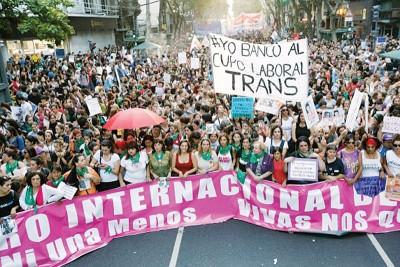 阿根廷示威者浩浩荡荡游行。