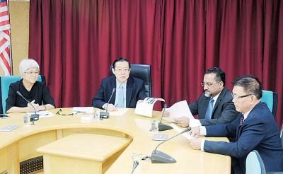 林冠英(左二)向媒体发表谈话,右起林峰成行政议员、佳日星行政议员及左一章瑛行政议员。