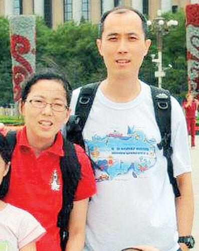 王展富(右)与妻子黄淑珊自2012年分居,但夫妻俩仍常见面,一家四口也常团聚。