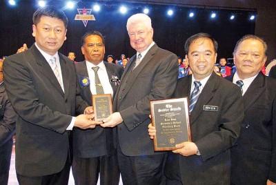 """戴维沃伦(左3)颁发""""沙德勒金盾奖""""予唐嘉宏(左)及尤水升校长(右2),左2起为玛祖基及陈金标陪同。"""
