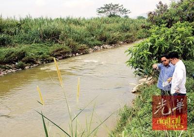 李存孝(右)和市政厅官员视察水沟至彬如水之排水口情形。