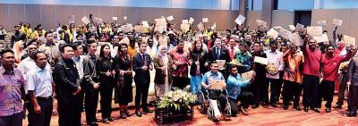 槟岛市长拿督峇堤雅、槟岛市政厅秘书尤端祥、行政事务局主任阿峇和一众槟岛市议员与得奖官员大合照。