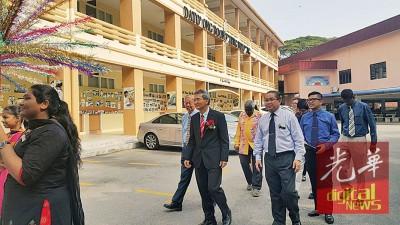 美以美男校欢送荣休教师,前排左起该校董事会主席邱作新、荣休和行政副校长陈子王及校长刘聪明。
