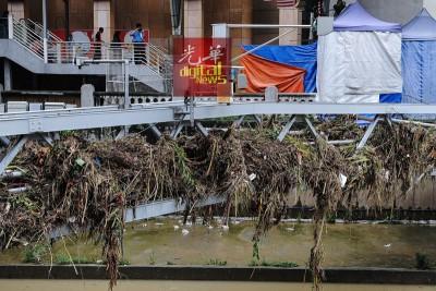 树枝与垃圾卡在电缆桥架,有待当局清理。