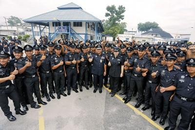 霹雳州代总警长哈斯南(着)和百多名新晋警员合照,右6啊赖丽清警监。