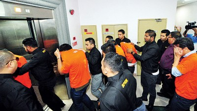 反贪会官员以6称涉案人士押离新山推事庭,中两名发展商获反贪会放。