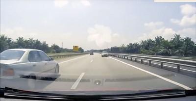 太平上周三(8日)亦出现轿车在高速公路上逆向行驶,差一点撞到迎面来的车。