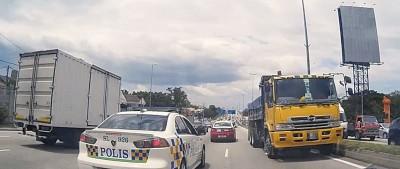 一辆罗里在梳邦一带逆向行驶,且遇上警车,惟警员当时没采取行动。
