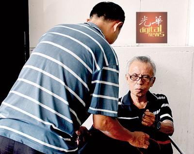 """符氏义工不时会到老翁的""""居住""""地点探访他,并希望可以把他带到槟城的老人院去。"""