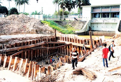 槟榔东海水闸提升工程进行中,预料将在2018年建竣。