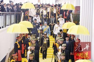 莫哈最后五世陛下在上御词后,摆驾离开议会厅。