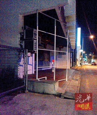 市政厅在4日凌晨时分,将槟马华总部前的广告牌支架拆除。