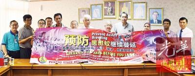 彭文宝(左7)、林全来(右起)、宪章芝拉与槟城义山管理层代表一起呼吁民众扫墓时保持和保护公平坟的净化。