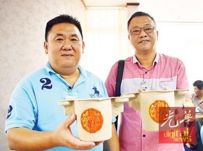 黄伟华(左)与其业务经营吴俊文著可分解的纸浆制香炉,纵环保又实用。