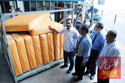 国家洋麻及烟草局总监桑苏丁(左1)、副总监苑峇哈鲁丁(右1)在可可椰丝工业有限公司董事经理杨林乡(右2)及生产经理罗辉财(左2)陪同下,见证首批红麻床褥出口韩国。