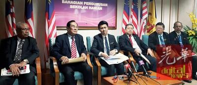 张盛闻(中)在教育部主持圆桌会议后,召开新闻发布会。