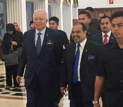 纳吉(左)周四下午抵达国会。