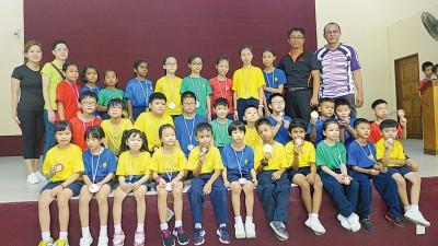 王钦福(后排右一)在杨亚良校长等陪同下与得奖学生合影。