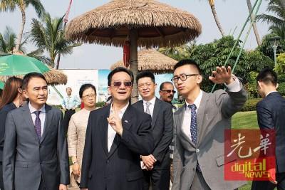 于润泽(右起)向黄惠康介绍森林城市情况。左起为张自游及赵舒美。