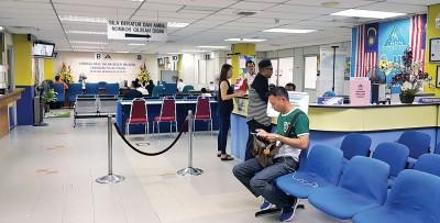 槟州内陆税收局已开放该局7楼的办公室,让纳税人前往进行电子报税。