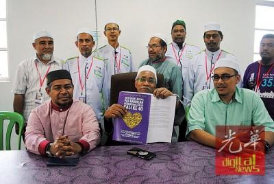 伊斯兰党峇东埔区部主席哈芝奥玛哈山(前中)、伊党长老会宣传主任拿督凯鲁丁阿曼(前左)与伊党峇东埔区部同人于周日通过与公正党终止合作关系提案。