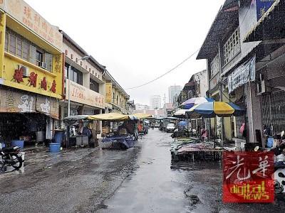 江沙律路边小贩及顾客提呈请愿书给槟岛市政厅,要求继续在原地摆卖,保留当地露天菜市场传统文化特色。