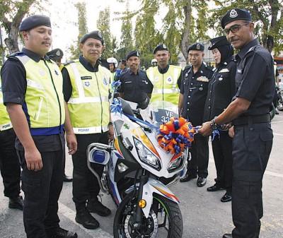 莫哈末罗兹(右)为新的重型摩托车主持剪彩启用仪式。