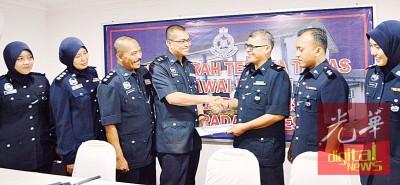 贾萨尼(左4)迎接巴东勿刹警区的5名新任警官。右3为新任巴东勿刹警区副主任沙林副警监。