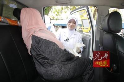 护士安抚临盆的年轻孕妇。