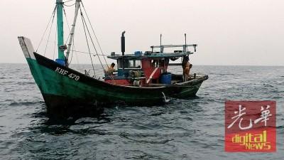 大马海事执法机构吉打港口执法组扣留在禁区捕鱼的一艘渔船。