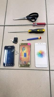 警方在男子身上搜获干案工具及手机。