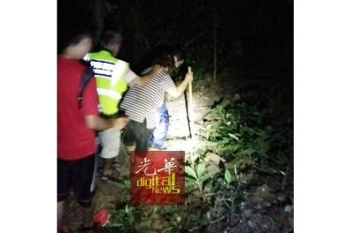 受困将近8小时后,老妇终于安全被寻获送下山。