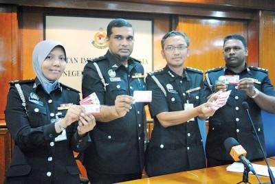 左起法丽达、卡哇嘉、哈兹拉以及希哇展示移民局发出的E卡。