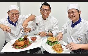 (左起)廖楷生同学、金厨烹饪厨艺学院院长李明胜、黄轩宁同学。