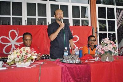 慕克里挑战哈利斯辩论,左为土著团结党日来区部主席查哈欣。