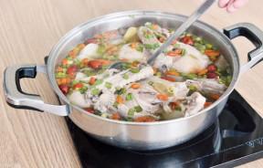 养生老鸭汤锅--RM99.90(小锅2-4人享用)、RM129.90(大锅4-8人享用)--分别有半只至一只老鸭,白萝卜、黄和红薯、菇类、蔬菜、莲子、红枣、枸杞与百合等,客人可搭配伊面或白饭同吃。汤头温润甘甜,好喝得教人一口汤都舍不得浪费掉。