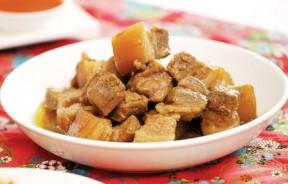 Rempah Chin(沙姜炖花肉)--以芫荽、沙姜、白胡椒粒为基本香料,慢火细炖猪花肉,对手脚冰冷起着温补作用。此菜秘诀在于优选恰好适中的肥肉,炖煮数天,油分足够吸收香料精华,肉的腥气消失殆尽,吃在嘴里软韧喷香,容易上瘾。